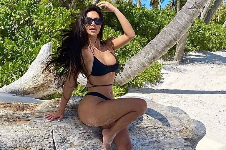 Dedo de Kim Kardashian 'some' de foto e fãs suspeitam de Photoshop