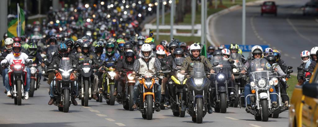 O presidente Jair Bolsonaro (moto azul, na frente do grupo) participa de passeio de moto em Brasília