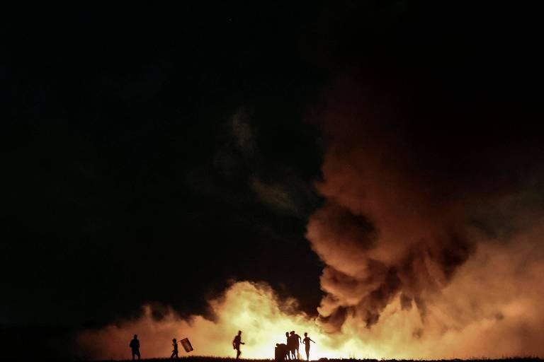 Manifestantes palestinos queimam pneus na Faixa de Gaza, enquanto forças de segurança atiram bombas de efeito moral