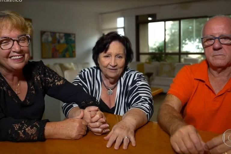 Déa Amaral, mãe de Paulo Gustavo, ao lado de Penha, a 'Mãedrasta', e Júlio, pai do ator, durante entrevista ao Fantástico