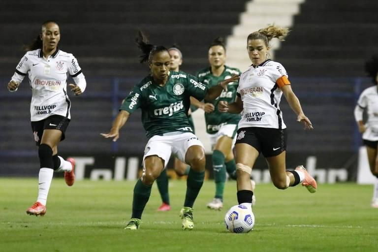 Jogadores de Corinthians e Palmeiras em lance durante clássico pelo Brasileiro Feminino