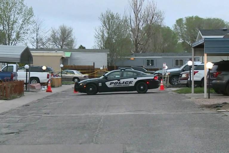 Carro da polícia em frente ao local de tiroteio em massa que deixou seis mortos em Colorado Spring