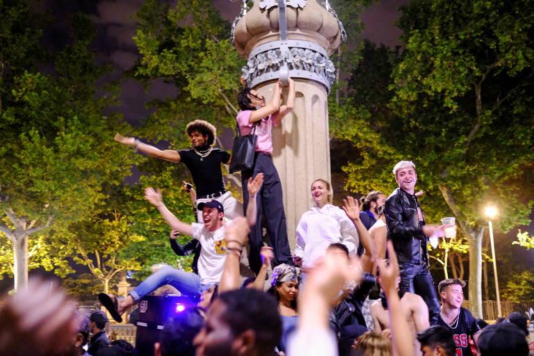 Pessoas celebram em rua de Barcelona, na Espanha, o fim do estado de emergência imposto devido ao coronavírus