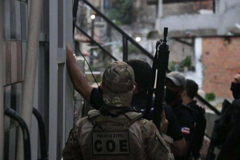 Operação Retomada cumpre mandados contra  suspeitos de no duplo homicídio de Bruno e Yan Barros da Silva, mortos após furtarem carne em um supermercado em Salvador.