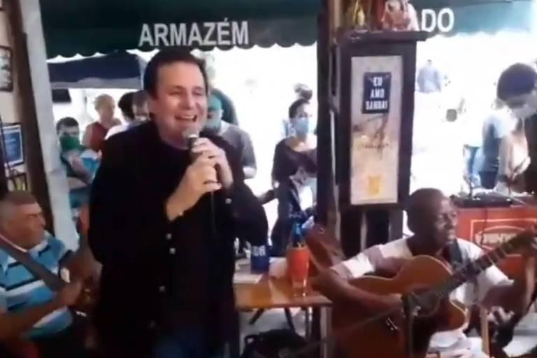Eduardo Paes pede desculpas por cantar sem máscara em roda de samba, no Rio