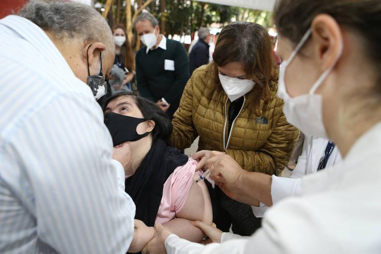 Capital começa a vacinar pessoas com síndrome de Down, pacientes em terapia renal substitutiva e transplantados