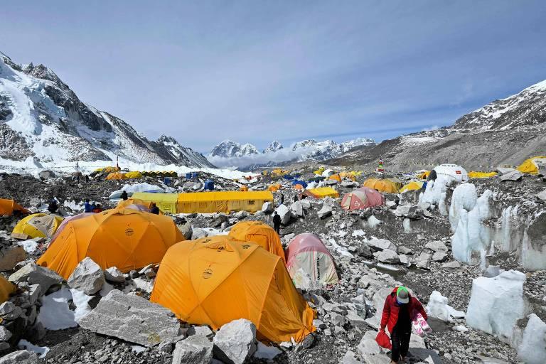 Alpinistas aguardam para tentar escalar a montanha no acampamento-base do lado nepalês