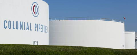 FILE PHOTO: Holding tanks are seen at Colonial Pipeline's Linden Junction Tank Farm in Woodbridge, New Jersey, U.S. in an undated photograph.  Colonial Pipeline/Handout via REUTERS.   NO RESALES. NO ARCHIVES. THIS IMAGE HAS BEEN SUPPLIED BY A THIRD PARTY./File Photo ORG XMIT: TOR500