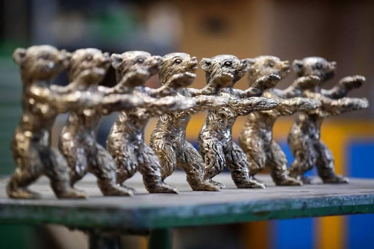 Várias estatuetas de ursos lado a lado