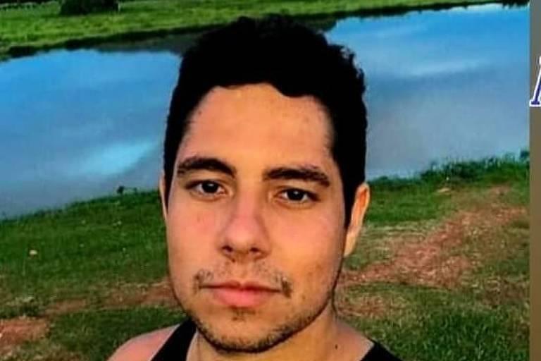Em foto estilo selfie, Marcos Vinício Bozzana da Fonseca, de 25 anos, usa regata preta. Ele tem cabelo e olhos escuros e usa barba rala.