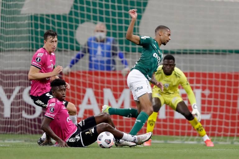 Wesley tenta passar por adversários do Del Valle na partida realizada no Allianz Parque
