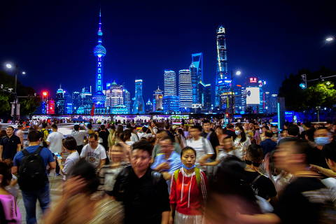People walk along near the Bund, in front of Lujiazui financial district of Pudong, following the outbreak of the coronavirus disease (COVID-19), in Shanghai, China May 10, 2021. REUTERS/Aly Song ORG XMIT: HFS-GGGALY010