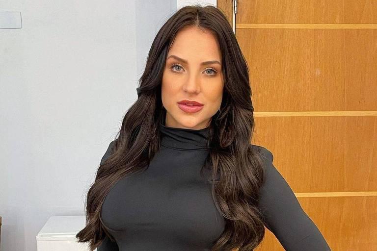Mulher usando vestido preto com o cabelo castanho escuro