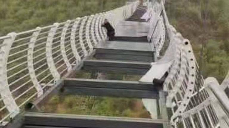 Ventos chegaram a 150 km/h, derrubando placas de vidro em ponte na montanha de Piyan