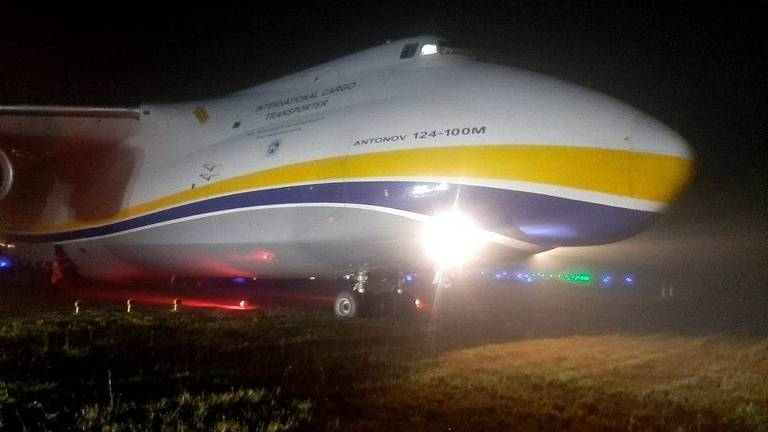 Avião cargueiro Antonov 124 no gramado após a pista de pouso no Aeroporto de Guarulhos (SP)