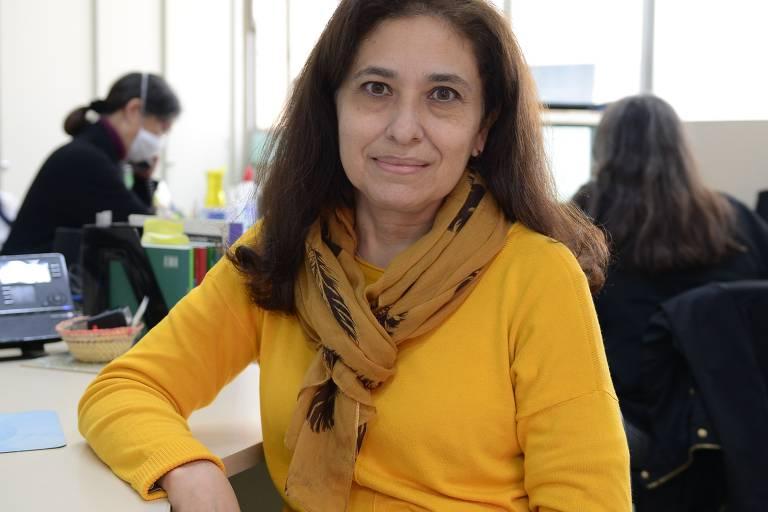 Mulher posa para foto usando blusa amarela