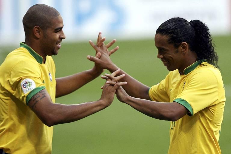 Adriano e Ronaldinho Gaúcho celebram gol diante da Austrália, na Copa do Mundo de 2006