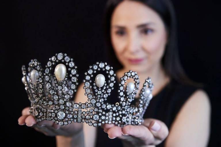 Tiara real italiana arrecada US$ 1,6 milhão em leilão na Suíça
