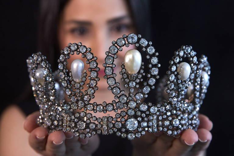 Tiara de diamante e pérola transmitida por gerações da família real italiana antes do leilão na Sotheby's em Genebra
