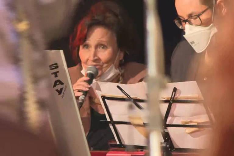 Mãe de Paulo Gustavo é homenageada e canta na missa do filho