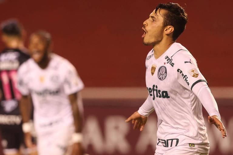 O meia Raphael Veiga comemora o seu gol de pênalti