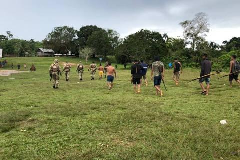 Polícias federais em ação na comunidade Palimiu, em Roraima