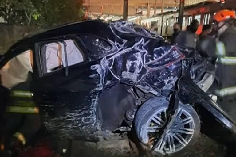 Carro destruído após acidente