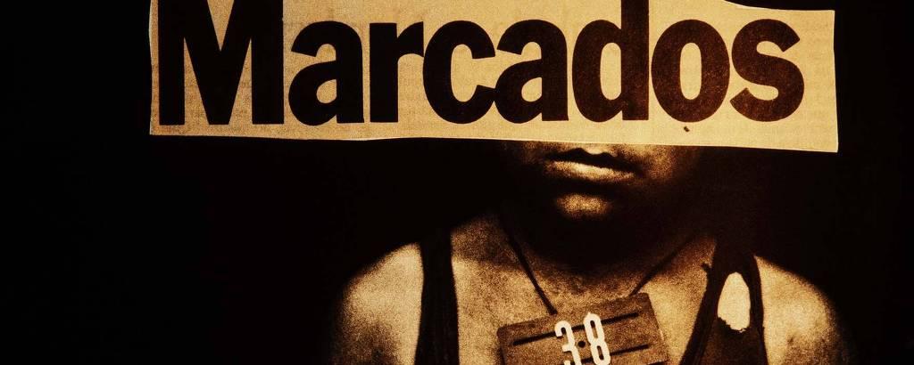 Foto de indígena ianomâmi com recorte de jornal escrito 'Marcados' posicionado em seu rosto