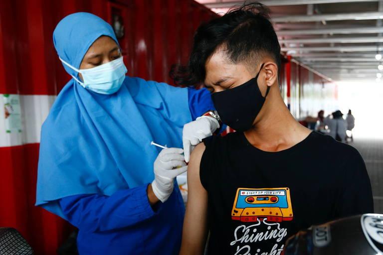 Um jovem recebe a vacina Coronavac, produzida pela empresa chinesa Sinovac em Jacarta, Indonésia