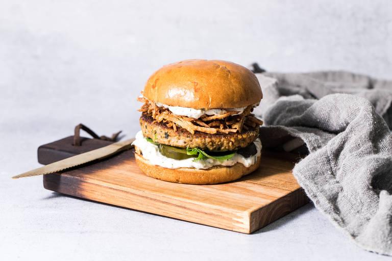 A Green Kitchen está lançando um lanche feito com hambúrguer vegano, da própria casa, que imita a carne de cordeiro