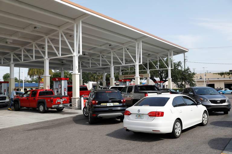Uma fila de carros se formou em um posto de gasolina nesta terça-feira (12) nos Estados Unidos cinco dias após o ataque hacker sofrido por oleoduto operado pela Colonial Pipeline