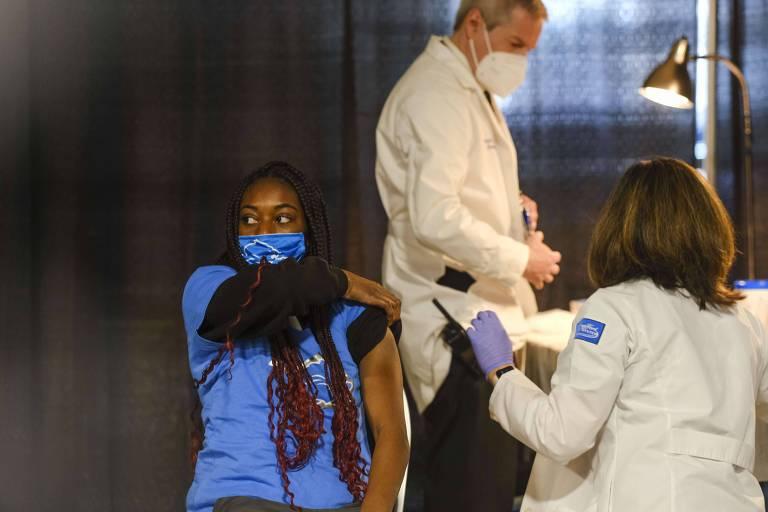 Adolescente recebe a vacina da Pfizer em Michigan, nos Estados Unidos