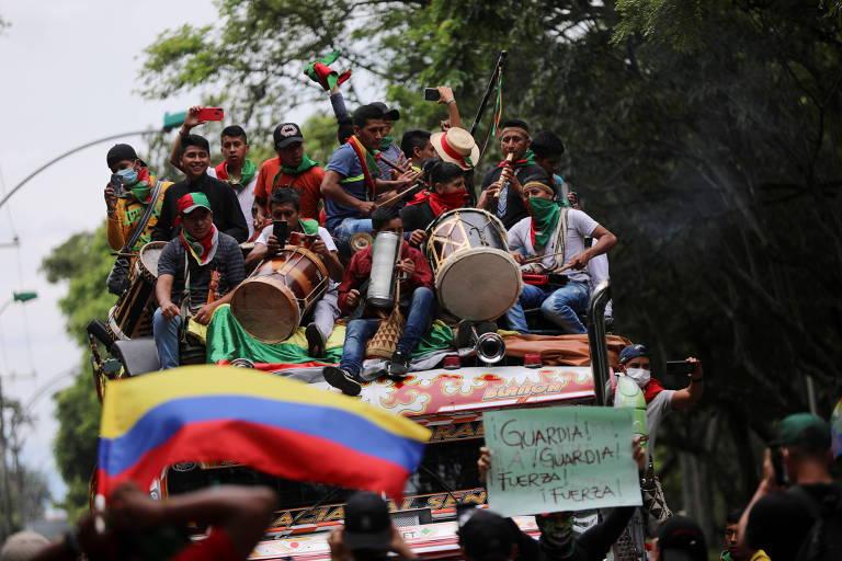 Indígenas em caminhão durante protesto em Cali, na Colômbia