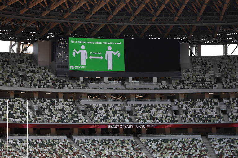 Telão nas arquibancadas do estádio mostra mensagem