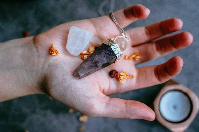 Se você tem dúvidas sobre como usar pedras, veja por que os cristais são importantes aliados na manutenção da nossa energia