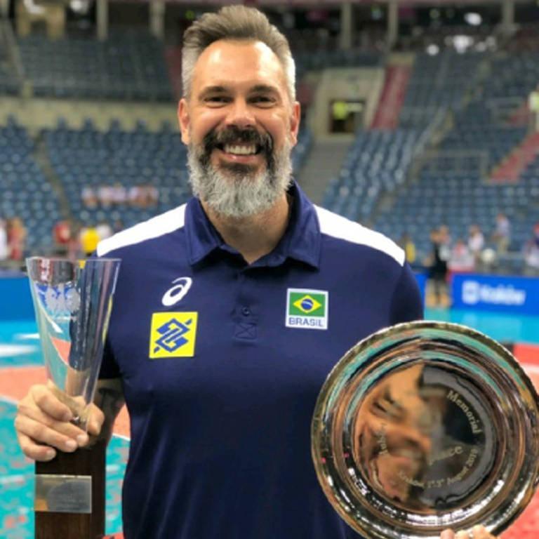 Homem com barba segura dois troféus