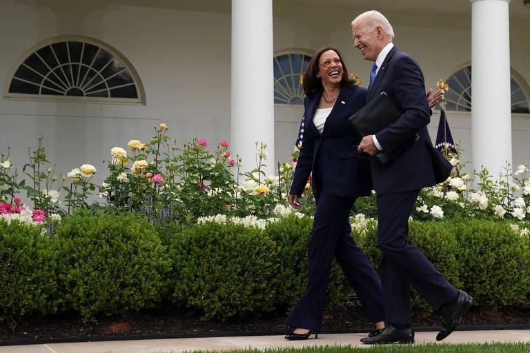A vice-presidente dos EUA, Kamala Harris, e o presidente Joe Biden conversam sem máscaras depois de pronunciamento sobre vacinação na Casa Branca