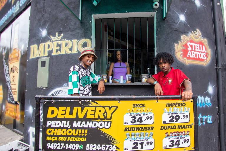 Na zona sul, jovens compram bebidas populares em adegas