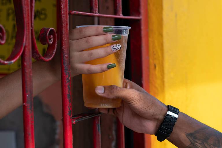 No Capão Redondo, zona sul, comerciantes da região vendem 'Chevette' e 'Brasília' nas festas