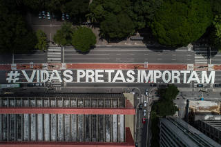 Manifestantes pintam frase #vidaspretasimportam na av.Paulista