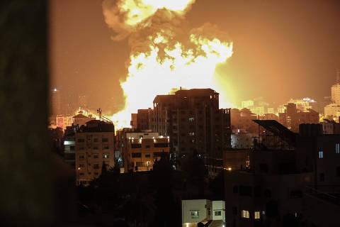 (210513) -- CIUDAD DE GAZA, 13 mayo, 2021 (Xinhua) -- Imagen del 13 de mayo de 2021 de explosiones después de los ataques aéreos israelíes, en la Ciudad de Gaza. El conflicto entre Israel y el grupo Hamas que gobierna la Franja de Gaza ha dejado daños masivos en Gaza y un incremento en el número de víctimas en ambos lados el miércoles. (Xinhua/Yasser Qudih) (rtg) (da) (vf)