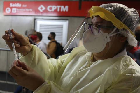 Produção de vacina está totalmente parada e ritmo da imunização pode diminuir, diz governo de SP