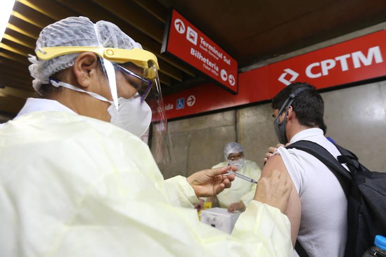 Começa a vacinação contra Covid em estações de trem, metrô e ônibus