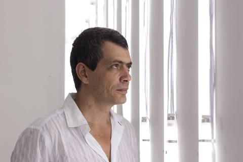 SÃO PAULO, SP, BRASIL,  08-12-2010, 10h00: retrato do artista plástico Carlito Carvalhosa em sua exposição do Hotel Central da Avenida São João. (Foto: Letícia Moreira/Folhapress, ILUSTRADA) *** EXCLUSIVO FOLHA***