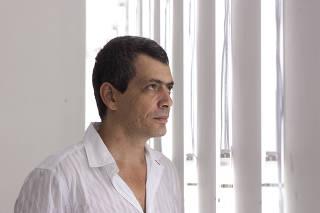 RETRATO DO ARTISTA PLÁTICO CARLITO CARVALHOSA