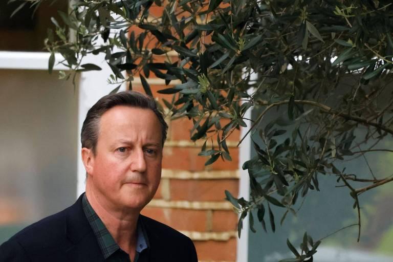 O ex-primeiro-ministro britânico David Cameron deixa sua residência em Londres