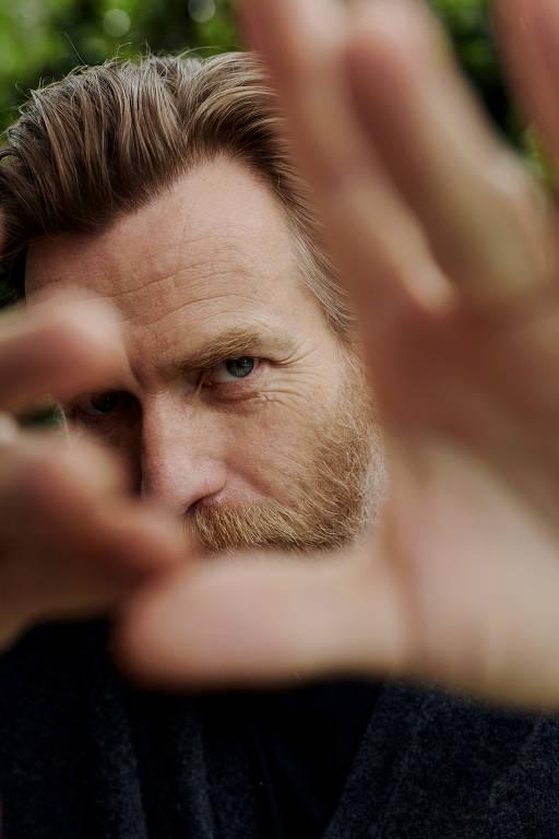 O ator Ewan McGregor em casa em Los Angeles. Para uma nova série do Netflix, o ator largou o sabre de luz e pegou os cigarros e as tesouras para retratar o estilista Halston