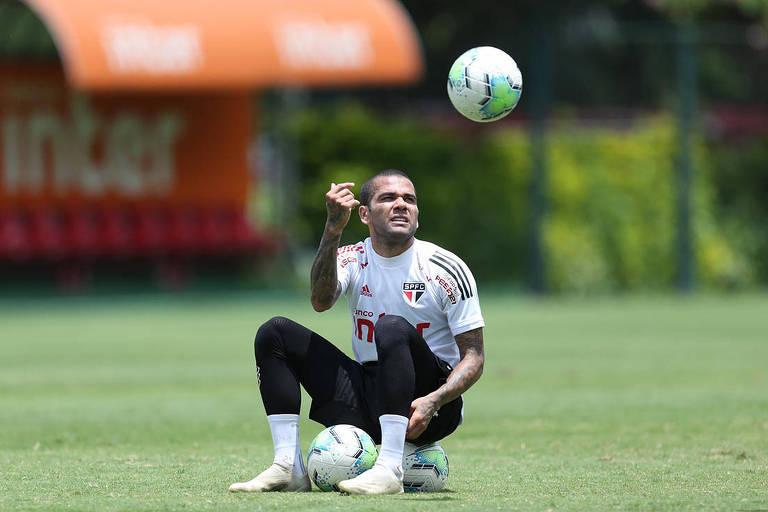Daniel Alves voltou à lateral no São Paulo e Tite convocou o atleta para as Eliminatórias