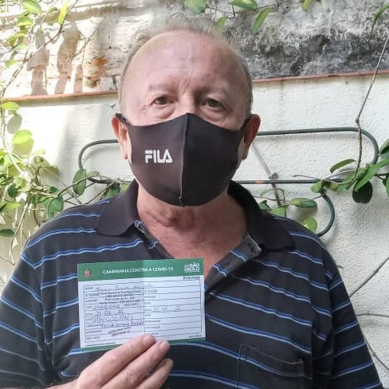 Valmir Pereira da Costa, 66, aposentado, após receber a primeira dose da vacina contra a Covid-19, em São Paulo