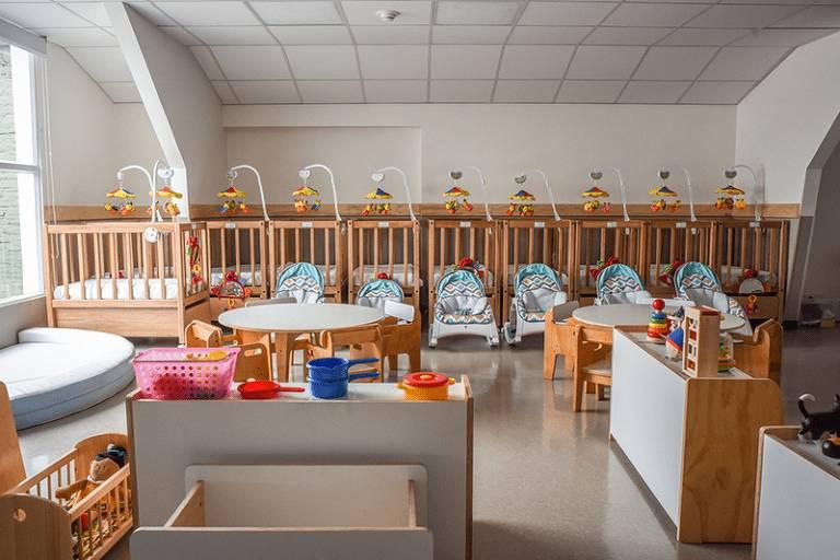 Sala de unidade da rede Vitamina no Chile, com cadeiras de descanso para bebês e berços